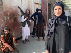 Read more about the article <span>RETROCÉS </span> El radical canvi d'imatge de dues reporteres a l'Afganistan